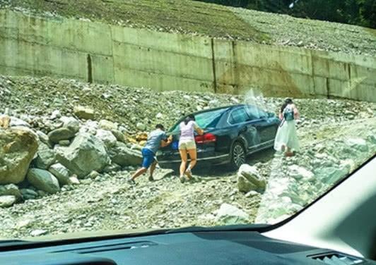 """川藏线上有那么多""""弃车"""",为何无人去捡呢?老司机:保命要紧!  川藏线废弃车辆 第1张"""
