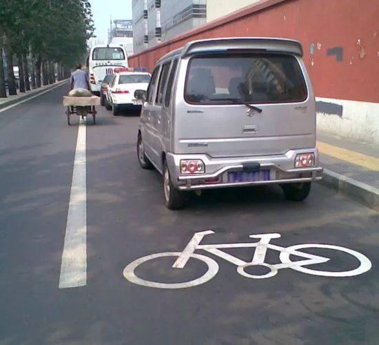交通违法,违停,占用非机动车道,开车未携带灭火器,开车时扔垃圾