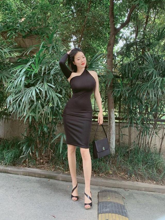 小姐姐穿黑色紧身连衣裙,时尚有个性,设计感十足