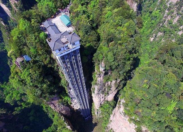 悬崖边上建电梯:张家界武陵源景区设立白龙观光电梯