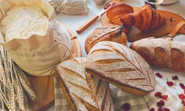 散发着黄油香气的法国面包:可颂和法棍,制作