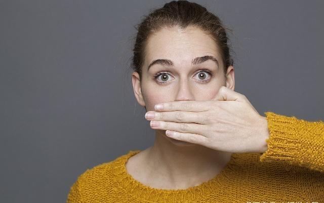 睡到半夜,嘴巴又苦又干燥?可能和这些原因有关,不要忽视了!