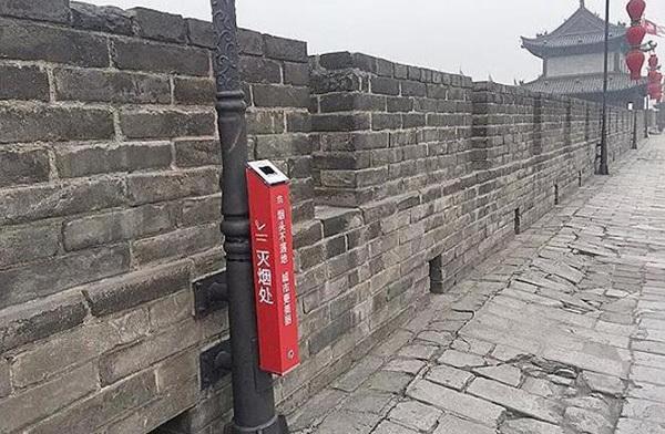 """西安出台""""控烟令"""" 西安明城墙上设立的灭烟处"""