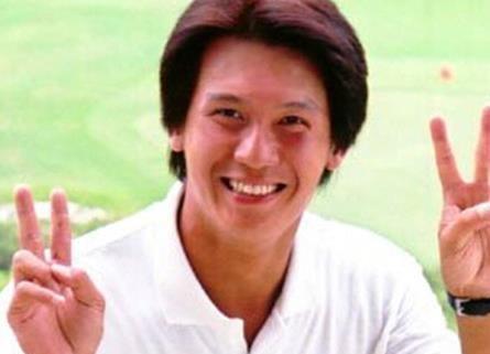 他隐退娱乐圈多年,曾被传傍女大款,今是高尔夫球教练,依旧单身