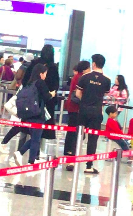 奚梦瑶何猷君香港机场隔着口罩吻别 看上去十分的恩爱甜蜜