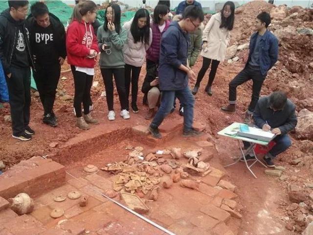 中山大学食堂施工挖出古墓学生:原来我天天睡在古墓上