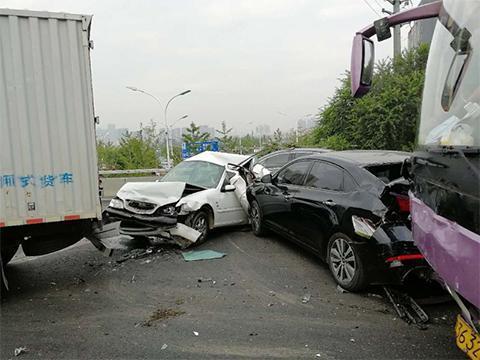 北京六环9车追尾车祸造成1人受伤