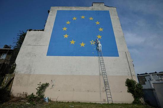 """班克斯首次表达""""脱欧""""观点,用涂鸦""""敲掉欧盟星星"""""""