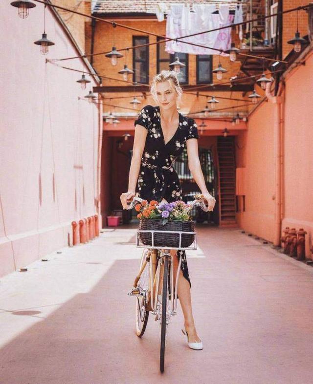 KK在上海小弄堂里拍摄的最新街拍美如画,大长腿让人羡煞不已!