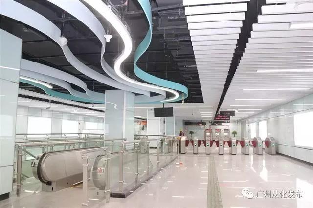 以简洁抽象的设计融入了从化山水特色   车站内吊顶采用流线型设计   图片
