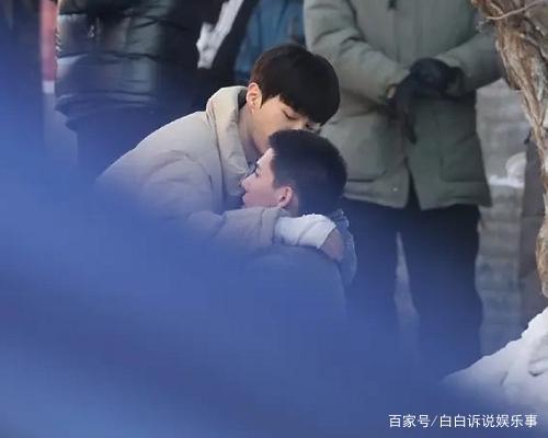 范丞丞《左肩有你》再爆路透,跟王安宇擁抱,臉上創可貼出戲