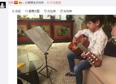 刘烨女儿为其庆生作画 儿子诺一弹吉他 看多才多艺的星二代们