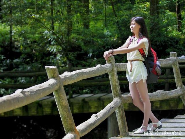深圳女游客游玩时门票被坑,让导游学狗叫,引