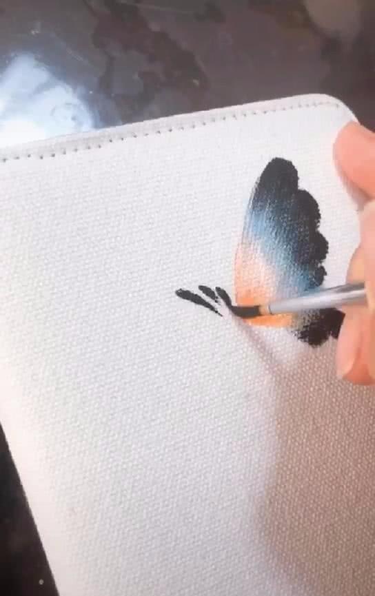 画手在笔记本封面画画,下笔的那刻以为是青铜,画完却眼前一亮