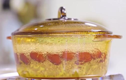 金丝枣糕的做法:煮枣