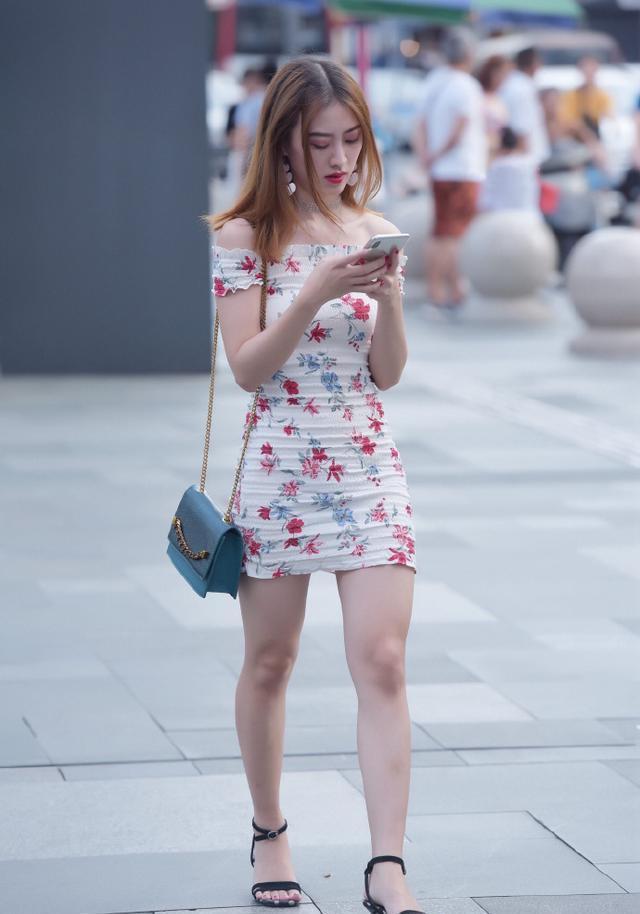 選擇修身的短裙,輕松展現好的身材和氣質,為造型加分