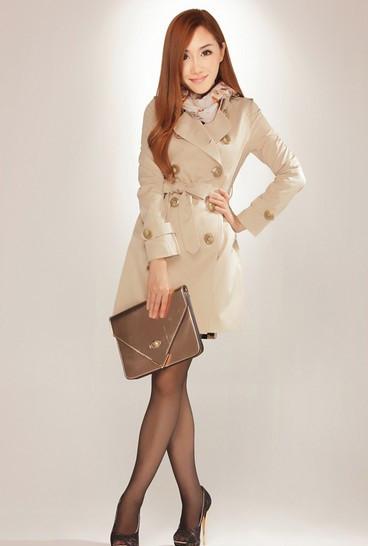 穿搭时尚风衣的姑娘酷感十足,释放女人味