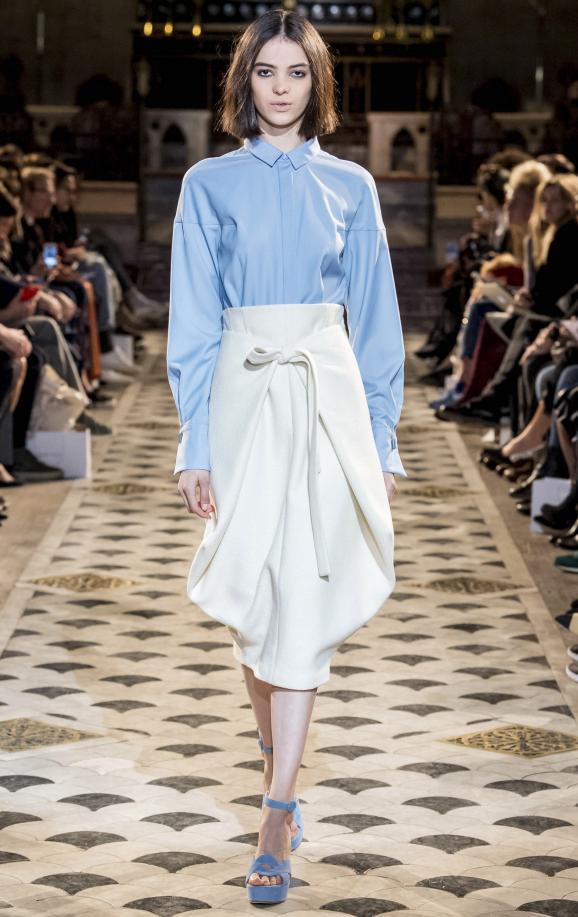 米白色半身裙搭配淡藍色的襯衫,看起來非常的時尚,令人羨慕