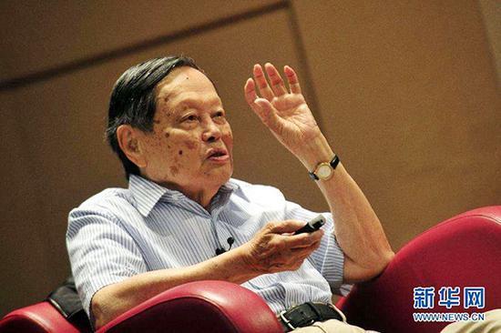 杨振宁87岁时向权威期刊投稿遭拒 被认为是冒名者
