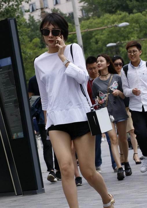 街拍:只有图6这么自信的女孩子,才敢穿泳衣上街!