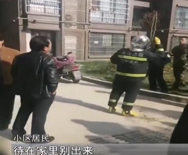 小区楼房着火,消防员救援把防烟罩给孩子:我扛得住,孩子还小