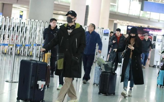 """恋情曝光!李光洁带女友返京,穿长大衣再现""""王磊队长""""帅气英姿"""