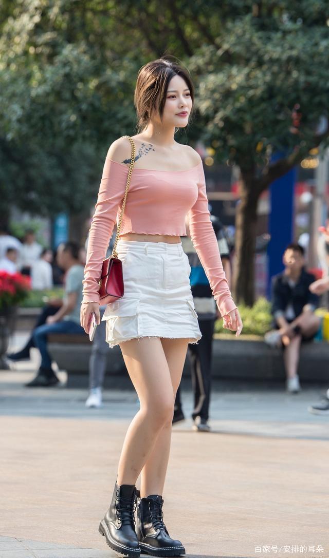 """怎麼穿才調皮可愛?針織長袖搭配彩虹短裙,讓你充滿""""青春活力"""""""
