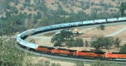 世界上最长的火车,八个车头682节车厢,全程只需一位司机操控