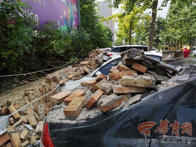 围墙突然倒塌砸坏13辆车改谁管?