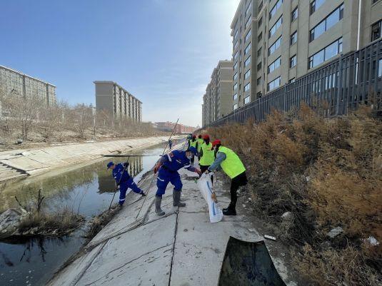 興華辦湖北社區攜手蒲公英志願者聯合會應急救援隊開展河道衛生整治工作
