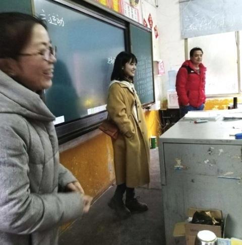 沈月和路人合影曝光网友看完爆笑 沈月母校是什么学校她去做什么