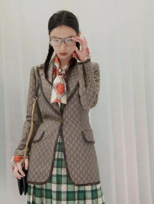 江疏影這麼普通的穿搭,都可以穿這麼漂亮,果然絲巾很厲害!