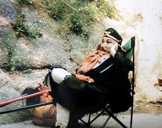 《西游记》幕后照:八戒翘二郎腿,唐僧在唱K,悟空穿背心吊威亚