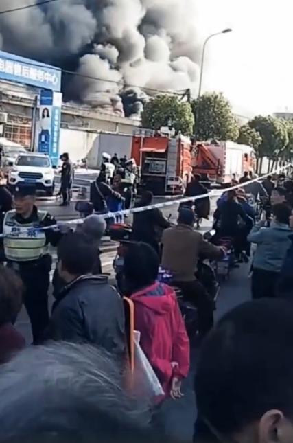 万幸!上海宝山一仓库突发火灾,现场火势凶猛,无人员伤亡