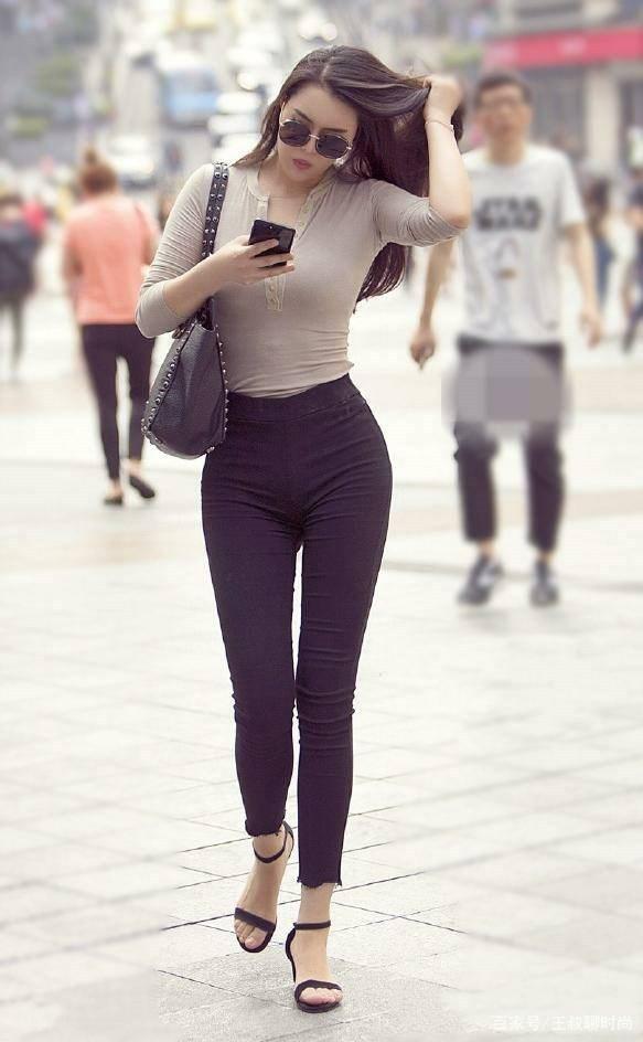 牛仔裤的穿着增添女性甜美气息,时尚成熟,使得气质度飙升