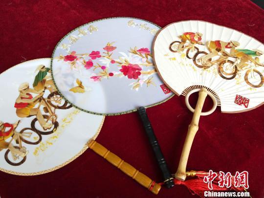 青海下岗女工 用麦秆绘就多彩人生(图2)