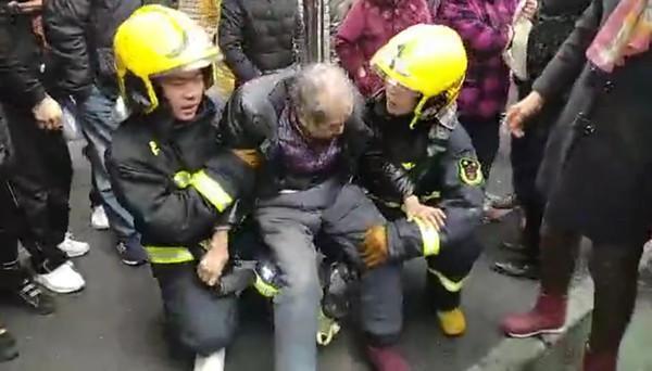 感动!火灾后两名消防员用腿给老人当板凳坐