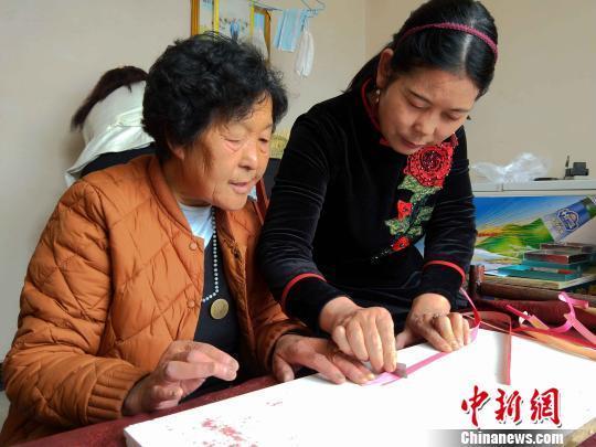 青海下岗女工 用麦秆绘就多彩人生(图3)